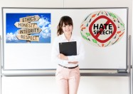 "Whiteboard mit ""No hate speech"" und Wegweiser ""Respekt"""